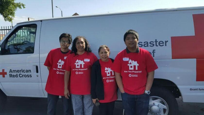 Patricia Rizo (segunda de izquierda a derecha) se encuentra lista para instalar detectores de humo en el Este de Los Ángeles, jornada en la que intervendrán promotores de salud y voluntarios de la Cruz Roja.