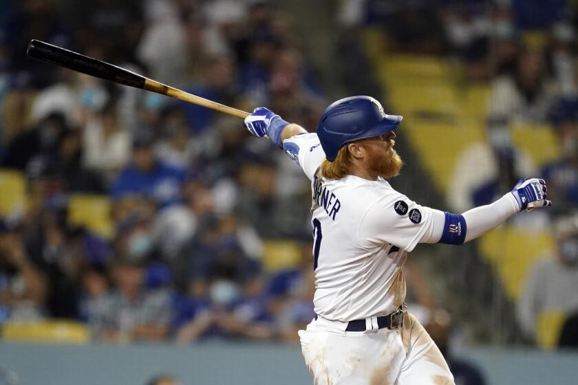 Le joueur de troisième but des Dodgers Justin Turner enchaîne sur un circuit en solo en septième manche lundi.