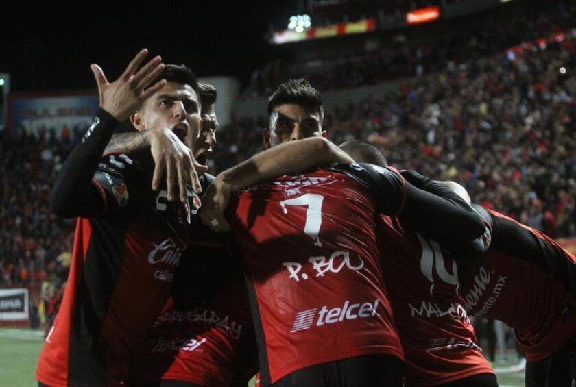 Jugadores de Tijuana festejan una anotación en el estadio Caliente, en la Ciudad de Tijuana (México). EFE/Archivo