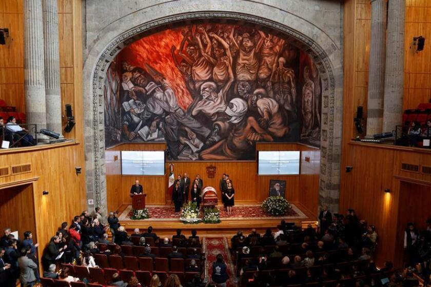 Personas velan los restos del escritor mexicano Fernando del Paso hoy, jueves 15 de noviembre de 2018, durante un homenaje de cuerpo presente en la Universidad de Guadalajara (U de G) en el estado de Jalisco (México). EFE