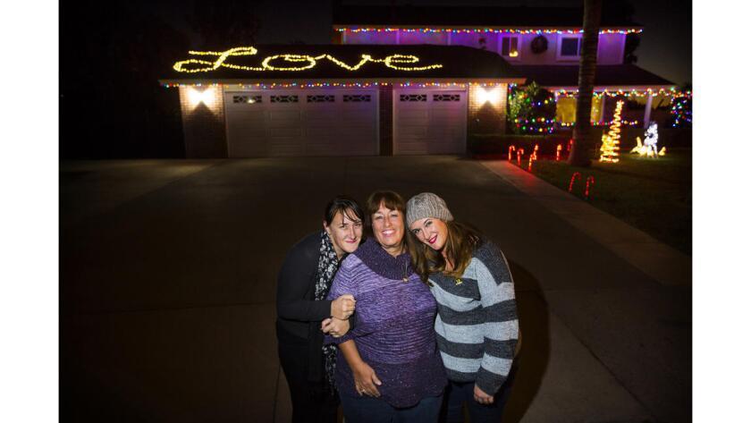 Trenna Meins (centro), en el exterior de su casa, con sus hijas Tawnya (izq.) y Tina. Su esposo, Damian Meins, fue asesinado en 2015 durante el ataque terrorista en San Bernardino ().