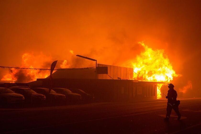 Bomberos intentan apagar el fuego en un edificio el jueves 8 de noviembre de 2018, en el condado de Butte, California (EE. UU.). Se ordenó a las comunidades cercanas de Pulga, Paradise y Concow que evacuen la zona. EFE/Archivo