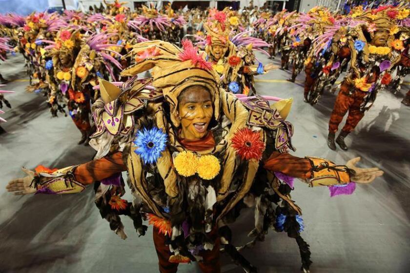 ntegrantes de la escuela de samba del Grupo Especial Águia de Ouro desfila hoy, sábado 6 de febrero de 2016, en la celebración del Carnaval de Sao Paulo, en el sambódromo de Anhembí en Sao Paulo (Brasil). EFE/SEBASTIÃO MOREIRA