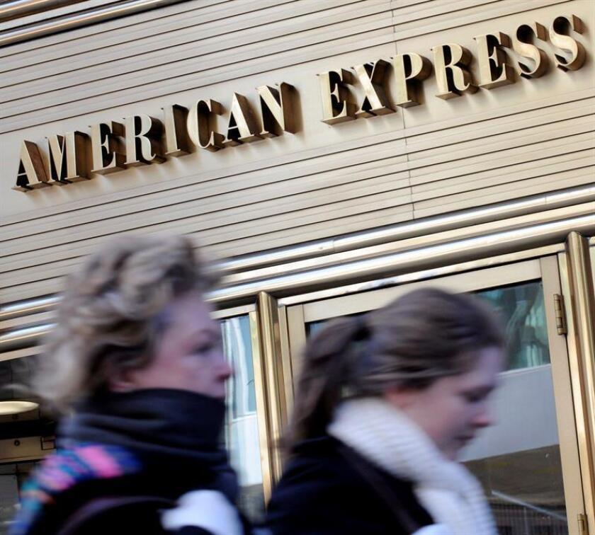 Dos mujeres caminan junto a las oficinas de la compañía de tarjetas de crédito American Express en Nueva York, EEUU. EFE/Archivo