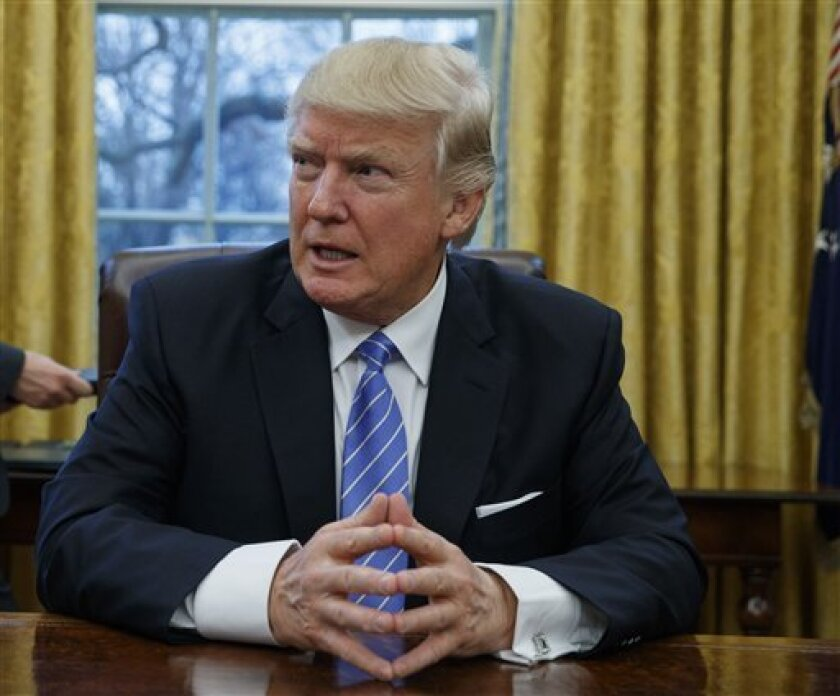 El Presidente de Estados Unidos, Donald Trump, alista una nueva orden ejecutiva que afecta a varias categorías de visas e impacta a miles de profesionistas e inversionistas mexicanos.