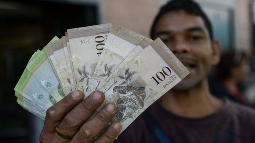 El presidente de Venezuela, Nicolás Maduro, prorrogó este jueves por segunda vez en 12 días la validez del billete de 100 bolívares, el de mayor denominación, a la espera de la introducción del nuevo papel moneda.