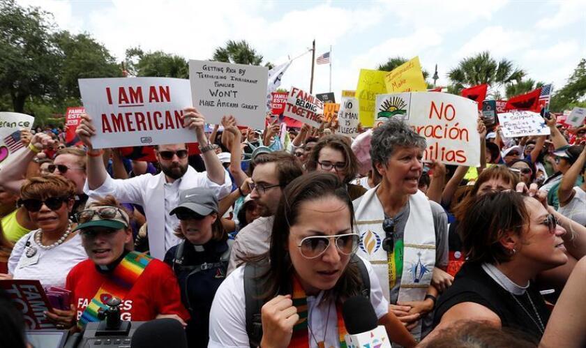 Vista de varias personas durante una manifestación convocada por la Unión Americana de Libertades Civiles (ACLU). EFE/Archivo