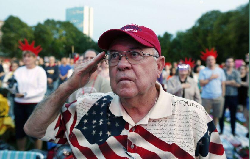 Richard Garcia, de Victoria, Texas, saluda al escuchar el himno nacional durante un ensayo general del concierto por el 4 de julio, Día de la Independencia de EEUU, en el Hatch Shell en Boston, el viernes 3 de julio de 2015.