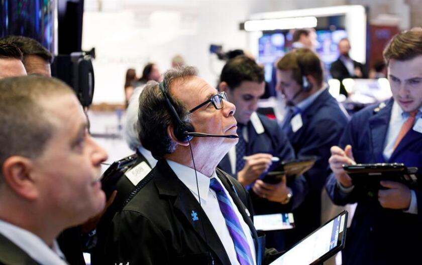 Agentes de bolsa trabajan en la Bolsa de Nueva York, Estados Unidos. EFE/Archivo
