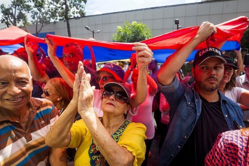 """Cientos de personas opositoras al Gobierno se reúnen en el este de Caracas (Venezuela), para denunciar la """"ilegitimidad"""" de Nicolás Maduro como presidente del país. EFE/Archivo"""