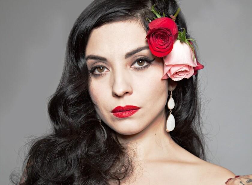 La cantautora chilena Mon Laferte está siendo comparada por algunos con Chavela Vargas debido al poderío emocional de su voz.