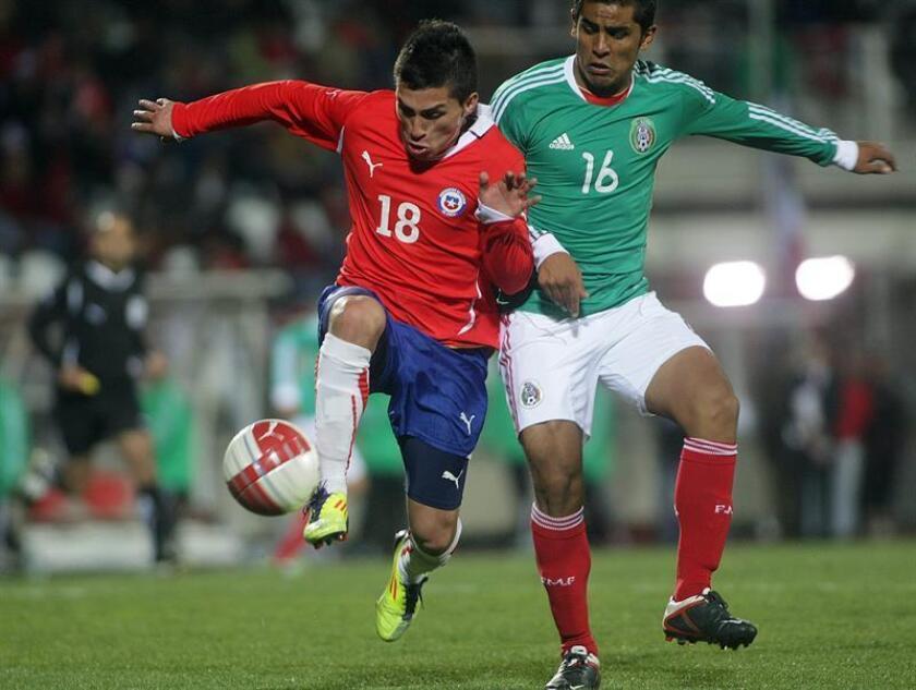 El jugador de la selección nacional Sub 25 de México Miguel Ponce (d) disputa un balón ante Bryan Carrasco (i) de Chile. EFE/Archivo