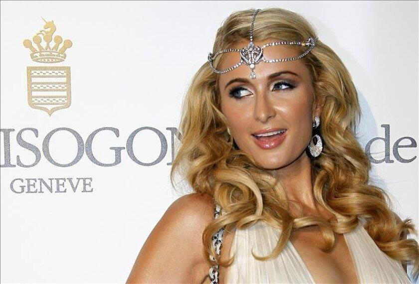 """La estadounidense Paris Hilton posa a su llegada para la fiesta """"Seducción en Cannes"""" (Seduction in Cannes), de la compañía suiza de joyas De Grisogono el pasado martes en el Hotel Du Cap, Eden Roc, en Cap d'Antibes (Francia). EFE"""