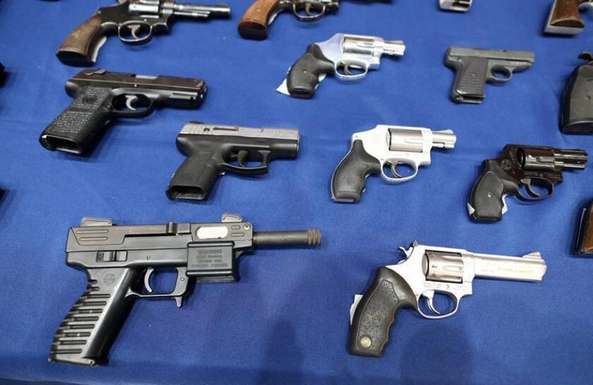 Vista de armas confiscadas el martes 27 de octubre de 2015, durante una conferencia de prensa en Nueva York (Estados Unidos). La Policía de Nueva York capturó a seis hombres que aparentemente traficaban con armas en Harlem. EFE/Archivo