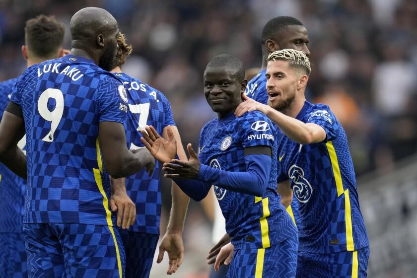 N'Golo Kanté (centro) celebra tras anotar el segundo gol de Chelsea en el partido contra Tottenham por la Liga Premier inglesa, el 19 de septiembre de 2021. (AP Foto/Matt Dunham)
