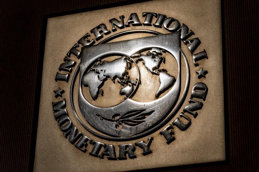 ARCHIVO - Esta fotografía del lunes 5 de abril de 2021 muestra el logotipo del Fondo Monetario Internacional en el exterior del edificio de esa institución, en Washington. (AP Foto/Andrew Harnik)