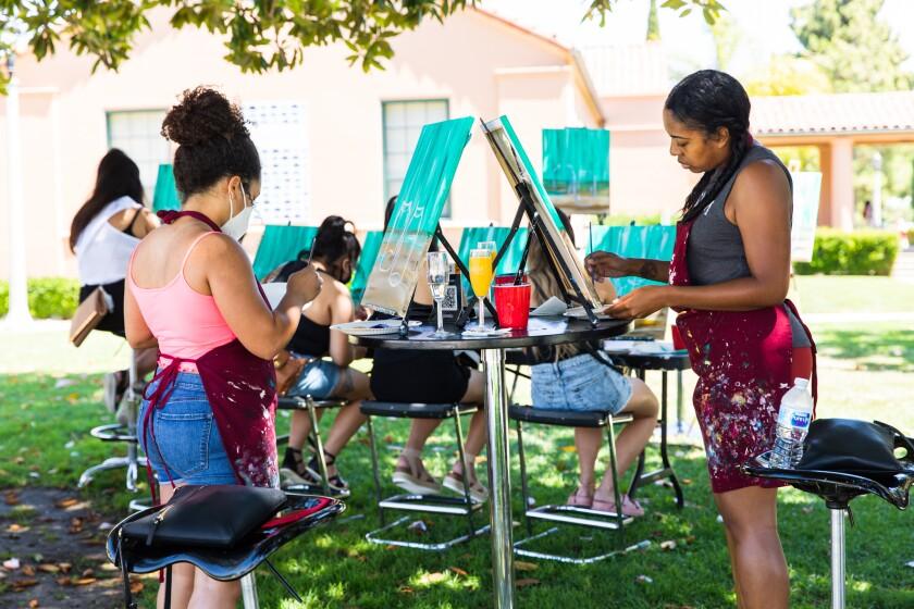 Shandi Korte y Antonia Smith trabajan en sus pinturas