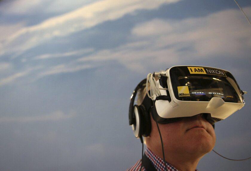 Un hombre prueba unas gafas de realidad virtual de Nikon en la Feria de la Fotografía Photokina en Colonia.