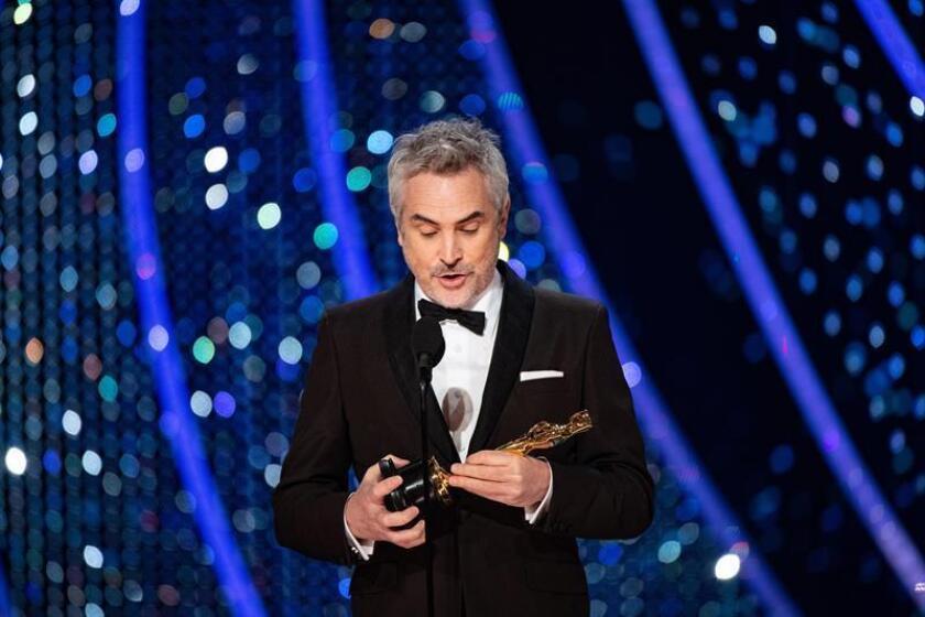 Fotografía cedida por la Academia de Artes y Ciencias Cinematográficas (AMPAS, por sus siglas en inglés) muestra a Alfonso Cuarón recibiendo un premio Óscar. EFE/Aaron Poole/AMPAS