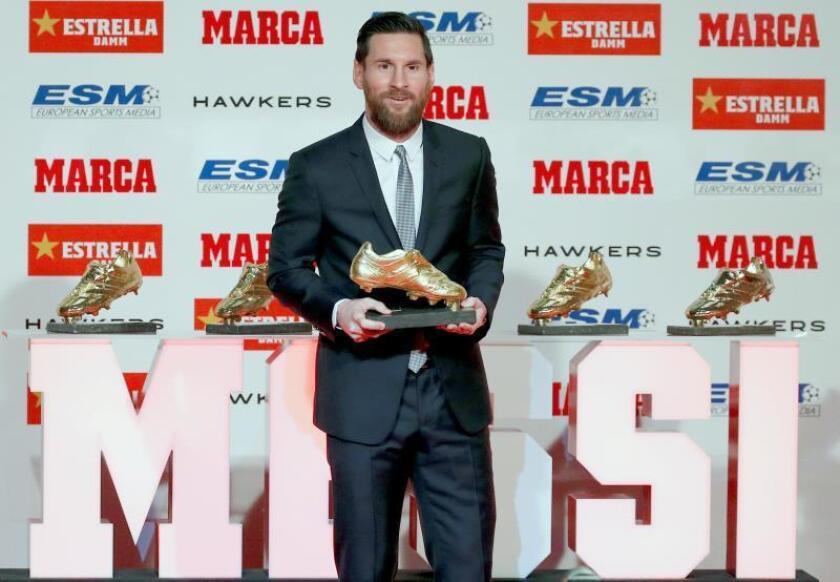 El delantero argentino del Barcelona, Leo Messi, posa tras recibir su quinta Bota de Oro como máximo goleador de las ligas nacionales lo que le ha convertido en el futbolista más laureado en la historia del galardón. EFE