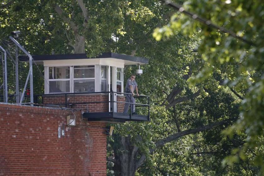 Un guardia vigila desde una torreta de una Unidad Penitenciaria de Texas (EEUU). EFE/Archivo
