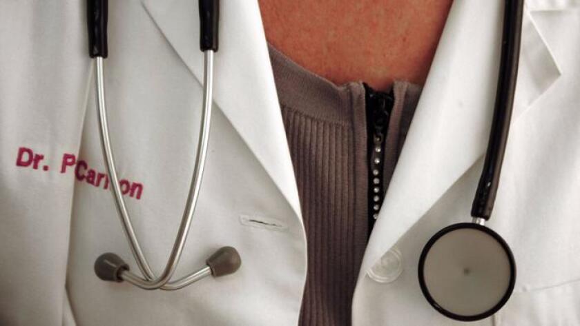 Las vidas de unos 32.000 ancianos podrían salvarse si los pacientes tratados por doctores varones fuesen atendidos en cambio por mujeres, conforme un nuevo estudio (Karen Bleier / AFP/Getty Images).