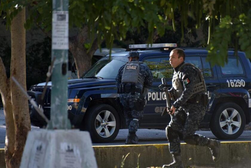 Policías mexicanos durante un operativo...