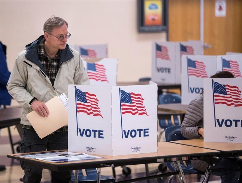 Fotografía de archivo de un estadounidense emitiendo su voto en las pasadas elecciones legislativas en Estados unidos.
