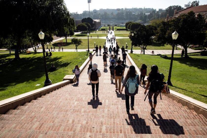 Estudiantes caminan en el campus de la Universidad de California en Los Ángeles (UCLA) este jueves en Los Ángeles, California (EE. UU.). EFE/ Etienne Laurent/Archivo