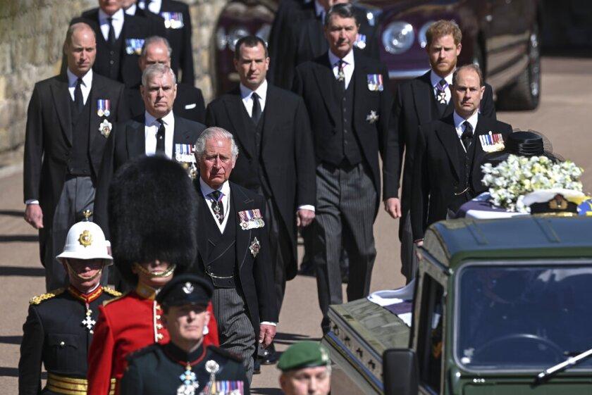 Izquierda a derecha, los príncipes Carlos, Andrés, Eduardo, Guillermo, Peter Phillps, el príncipe Enrique y Tim Laurence