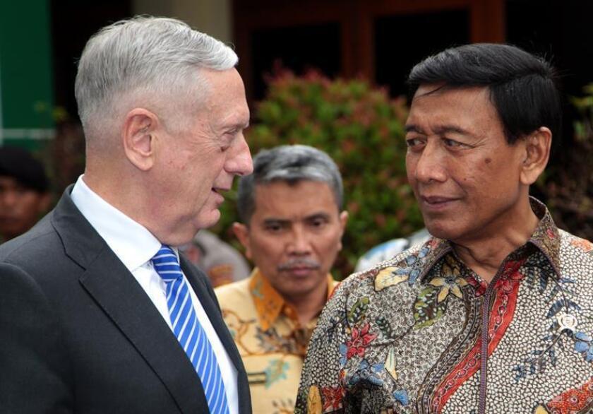 El secretario de Defensa de EEUU, Jim Mattis (i), se reúne con el ministro indonesio de Coordinación para Asuntos Legales, Políticos y de Seguridad,Wiranto (d), en Yakarta, Indonesia. EFE