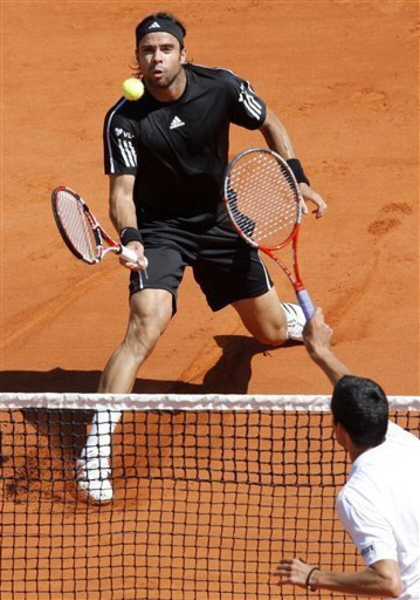 Chile's Fernando Gonzalez returns the ball to Romania's Victor Hanescu, right, during their fourth round match of the French Open tennis tournament at the Roland Garros stadium in Paris, Sunday May 31, 2009. (AP Photo/Christophe Ena)