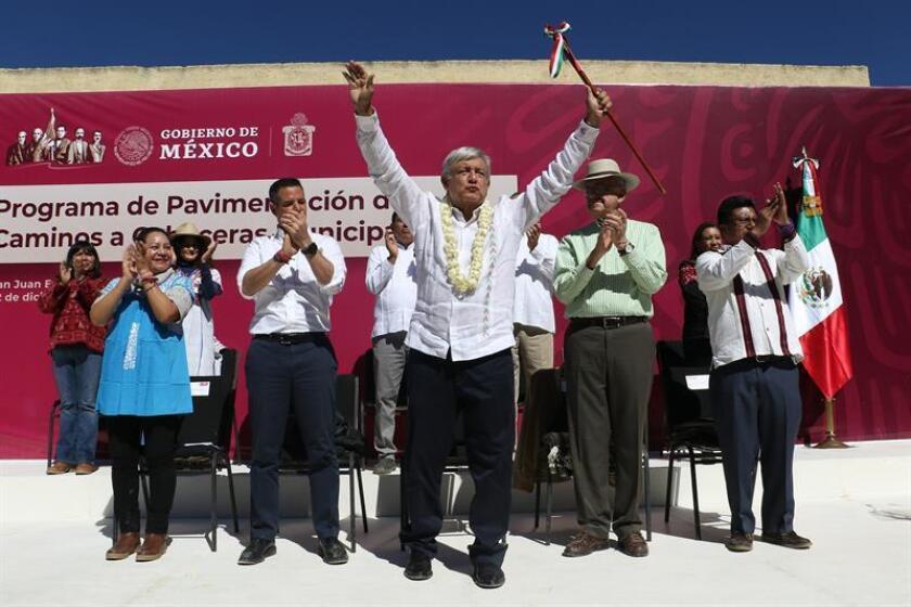 Fotografía cedida por la Presidencia de México, del mandatario Andrés Manuel López Obrador (c) durante un acto protocolario en el municipio de San Juan Evangelista Analco, en el estado de Oaxaca (México). EFE/Presidencia de México/SOLO USO EDITORIAL/NO VENTAS