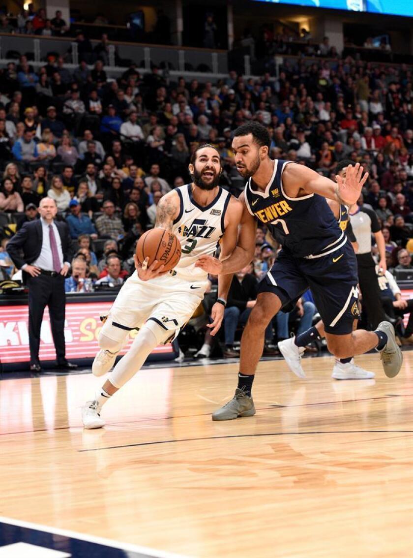 El jugador Ricky Rubio (i) de Utah Jazz en acción ante la marca de Trey Lyles (d) de Denver Nuggets hoy, sábado 3 de noviembre de 2018, durante el juego entre Utah Jazz y Denver Nuggets de la NBA, en el Pepsi Center en Denver (Estados Unidos). EFE