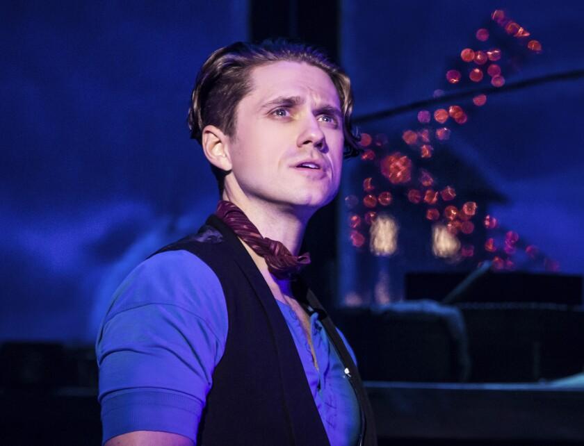 "En esta imagen difundida por Boneau/Bryan-Brown, Aaron Tveit en ""Moulin Rouge! The Musical""."