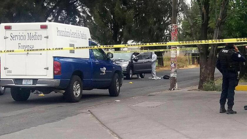 Peritos forenses inspeccionan hoy, jueves 25 de enero de 2018, el vehículo donde fue asesinado Tadeo Lineol Alfonzo Rocha, jefe del seguridad de las instalaciones de Petróleos Mexicanos (Pemex), en el municipio de Salamanca, Guanajuato (México). EFE/STR/MEJOR CALIDAD DISPONIBLE