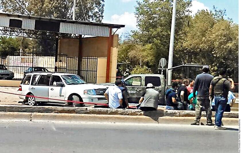 En la camioneta blanca que viajaban algunos de los abatidos por el Ejército en Nuevo Laredo, Tamaulipas, fueron encontradas armas, cargadores y cartuchos.