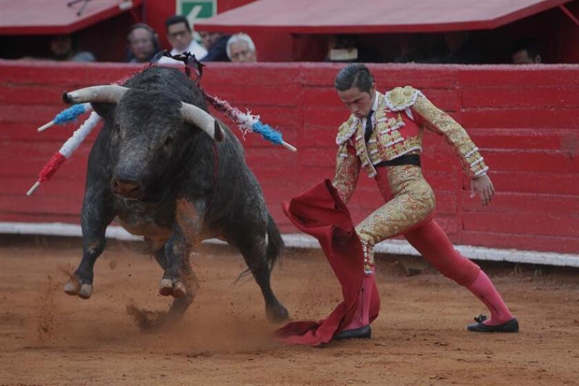 """El torero mexicano Juan Pablo Llaguno lidia su primer toro de la tarde, """"Ilusionista"""" de 557 Kg, durante la octava corrida de la Temporada Grande 2017-2018, en la Plaza de Toros de Ciudad de México (México). EFE"""
