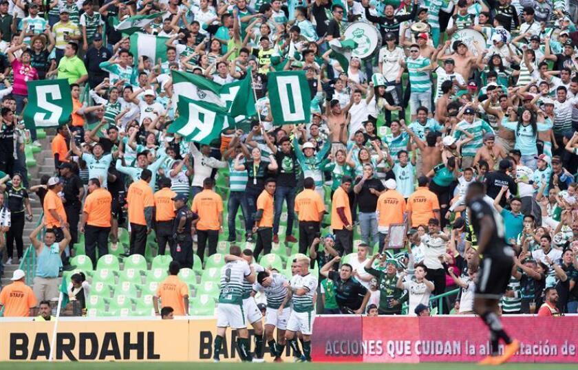 El Santos Laguna derrotó el viernes por 1-0 al Puebla y se ratificó como líder del torneo Clausura 2018 del fútbol mexicano, tras la duodécima jornada del campeonato. En la imagen el registro de otra de las celebraciones del Santos Laguna mexicano. EFE/Archivo
