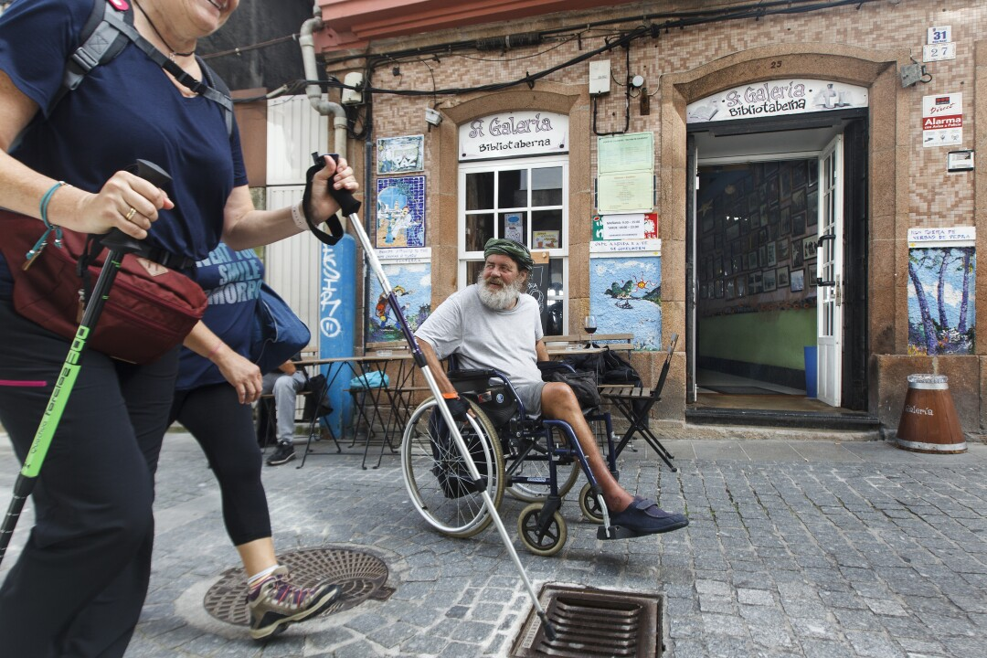 Pedro, a hippie originally from the south of Spain, in front of the bar A Galería. He has walked the Camino several times participated in the first each bonanza onMar de Fora. Now without a leg, he spends long stretches in Fisterra.
