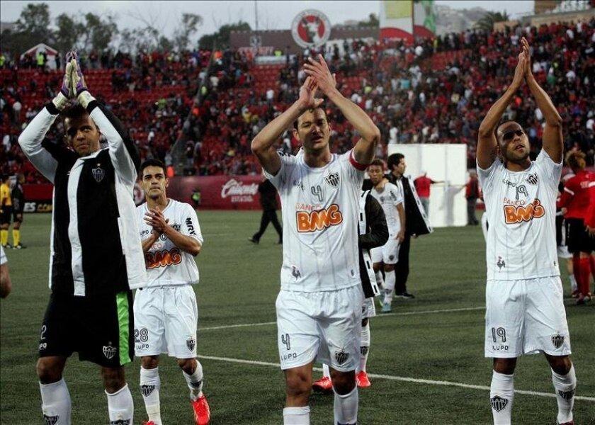 Los jugadores del Atlético Mineiro de Brasil se despiden tras su empate ante los Xolos de Tijuana en el partido de ida de cuartos de final de la Copa Libertadores de América el 23 de mayo 2013, en el estadio Caliente de la ciudad de Tijuana (México). EFE/Archivo