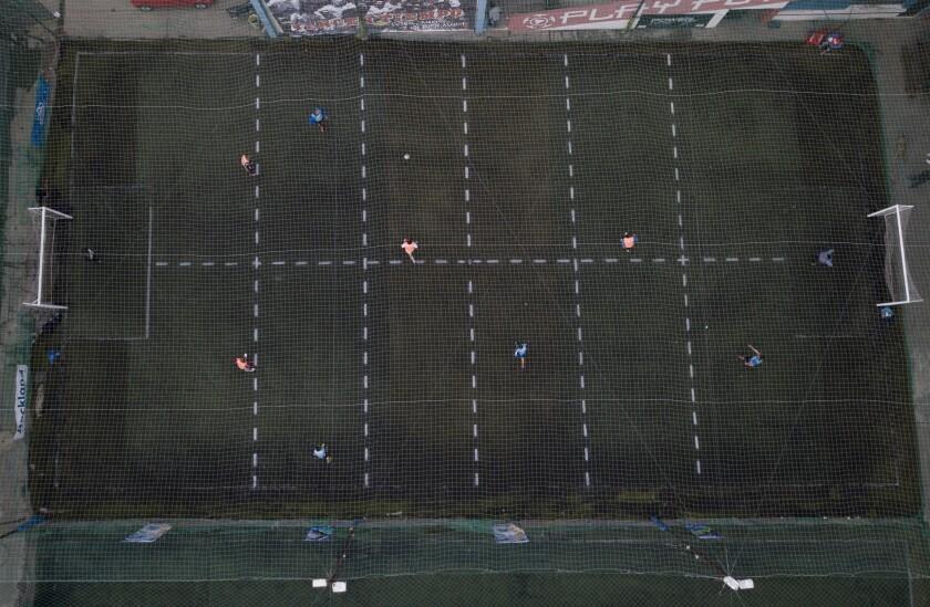 Jugadores disputan un partido de futbol en la cancha del complejo deportivo Play Futbol 5