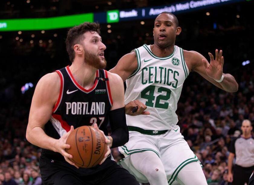 El pívot Jusuf Nurkic (i) de Portland Trail Blazers en acción ante el pívot Al Horford (d) de Boston Celtics durante un partido de la NBA en febrero. EFE/Archivo