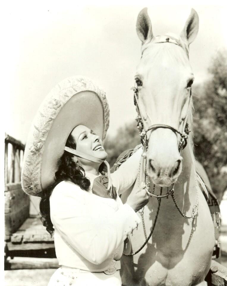 Más de 200 discos y unas 90 películas testimonian el brillante aporte de Flor Silvestre a la industria del espectáculo.