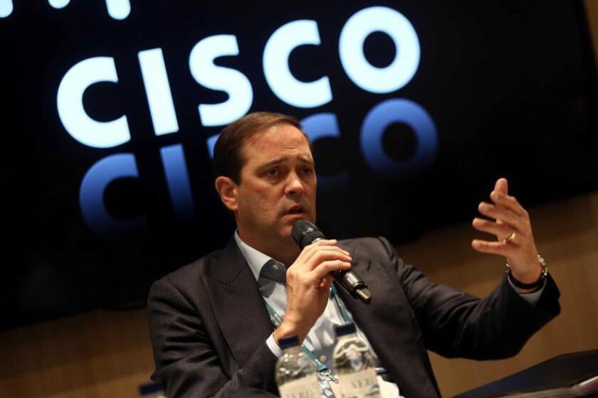 El consejero delegado de la compañía CISCO, Chuck Robbins, el 28 de febrero de 2019, durante la presentación en el congreso mundial de móviles de un surtido de soluciones de seguridad para la red, los dispositivos y el 'cloud,' con el objetivo de preparar los sistemas para el aumento potencial de ataques y amenazas que acompañarán al 5G. EFE/Toni Albir/Archivo