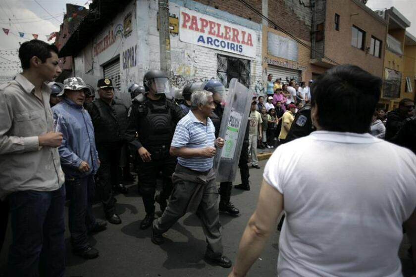 MÉXICO-LINCHAMIENTO:MEX12. SAN LORENZO ACOPILCO (MÉXICO), 13/06/2011.- Pobladores intentan linchar a tres hombres y una mujer hoy, lunes 13 de junio de 2011, por su presunta participación en un asalto en el pueblo de San Lorenzo Acopilco, en el sur de la capital mexicana, donde policías capitalinos lograron salvarlos. Un grupo de pobladores de la localidad de Santa Rita, en el sureño estado mexicano de Oaxaca, lincharon a un hombre que intentó secuestrar a una menor de edad. EFE/ARCHIVO