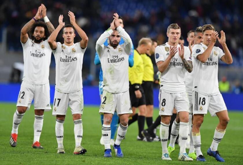 Jugadores de Real Madrid celebran al vencer a Roma en un partido de la Liga de Campeones entre AS Roma y Real Madrid en el estadio Olímpico en Roma (Italia). EFE