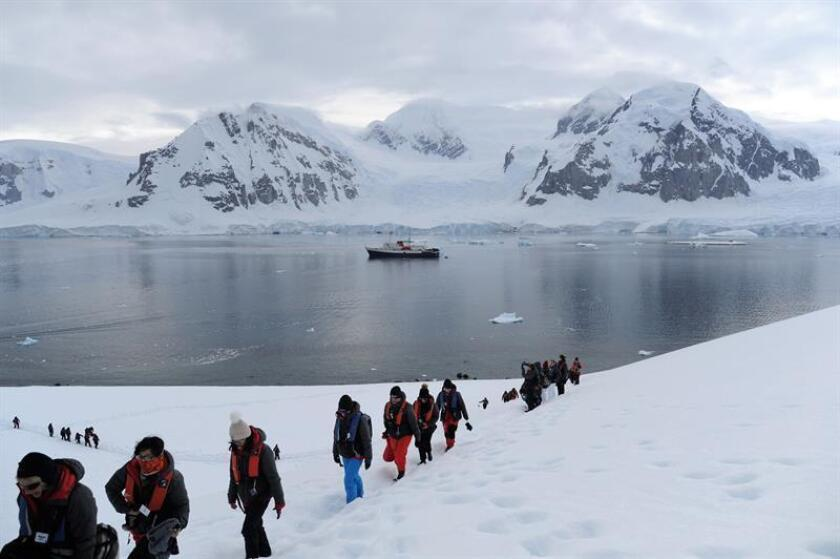 A picture taken on 12 January 2019, shows the Homeward Bound group of female scientists, who participated in a 12-month global program created by Australian Fabian Dattner and supported by Spanish firm Acciona, during its annual Antarctic expedition. EPA-EFE/Diana Marcela Tinjaca