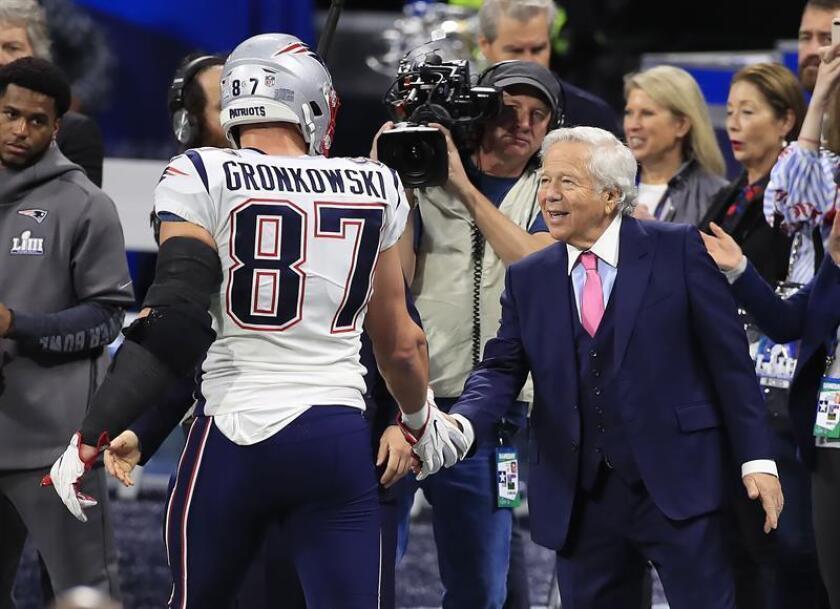 El propietario de los Patriots de Nueva Inglaterra, Robert Kraft (d) y el ala cerrada Rob Gronkowski (i) fueron registrados este domingo, antes del inicio del Super Bowl LIII, en el Mercedes-Benz Stadium de Atlanta (Georgia, EE.UU.). EFE