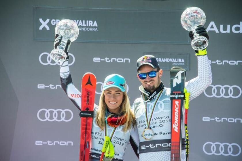 La esquiadora estadounidense Mikaela Shiffrin (izq) y el italiano Dominik Paris posan con sus respectivos Globos de Cristal tras ganar el Campeonato del Mundo de la disciplina de supergigante de esquí alpino en sus respectivas categorias este jueves en Soldeu-El Tarter (Andorra). EFE